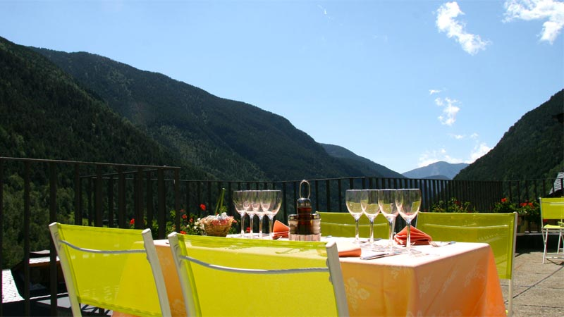 Restaurant and terrace with views to the Valley of Ordino